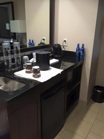 Embassy Suites by Hilton Palmdale: Our coffee and drink section, with a nice micro and fridge,