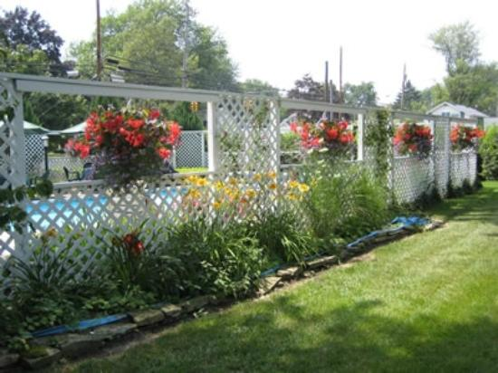 Huron, OH: Beautiful gardens surround Captain Montague's pool