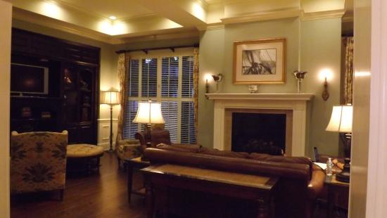 Hampton Inn & Suites Savannah Historic District: Sitting room off the lobby.