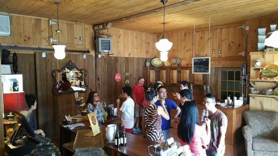 Jacksonville, Вермонт: A busy tasting room during our first annual Vermont Beer Week event.