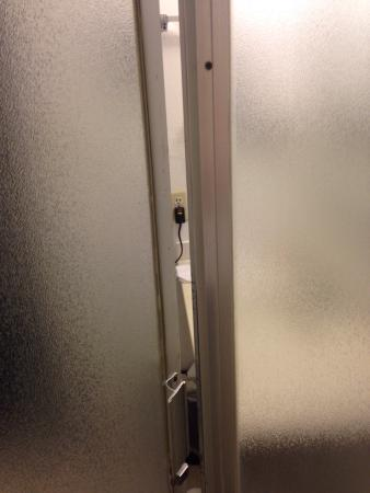 Buttonwillow, CA: Dirty sheets, shower door that doesn't close and dirty floors.