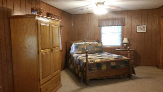 Kishauwau Country Cabins: Americana Cabin: queen bed with hand-sewn quilt and nice sheets