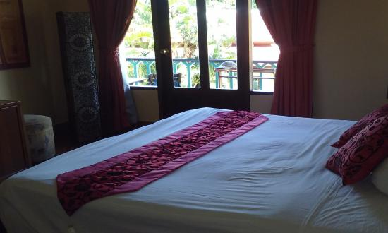 Royal Embassy Resort & Spa: Bedroom looking out on Balcony