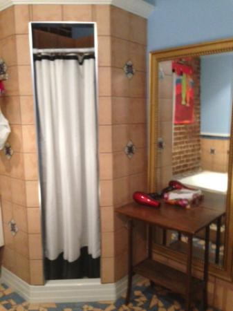 Petite Auberge Les Bons Matins: shower / bathroom very clean
