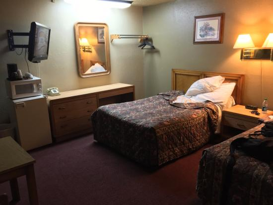 standard room with two full size beds picture of coachman inn motel green river tripadvisor. Black Bedroom Furniture Sets. Home Design Ideas