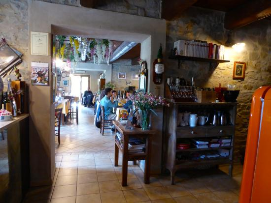 Casola in Lunigiana, Italy: View from the kitchen into the restaurant.