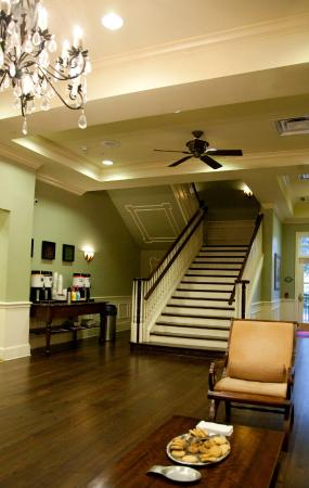 Hampton Inn & Suites Savannah Historic District: staircase