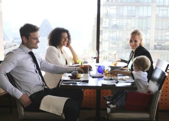 Chateau Victoria Hotel and Suites: Family friendly dining in Vista 18