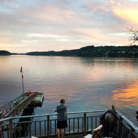 Sechelt, แคนาดา: Sunset drink at Coracle Cove