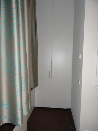 bedroom cupboard picture of motel one muenchen city sued munich tripadvisor. Black Bedroom Furniture Sets. Home Design Ideas