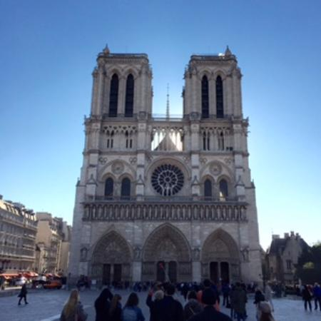Exterior front picture of towers of notre dame cathedral for Exterior notre dame
