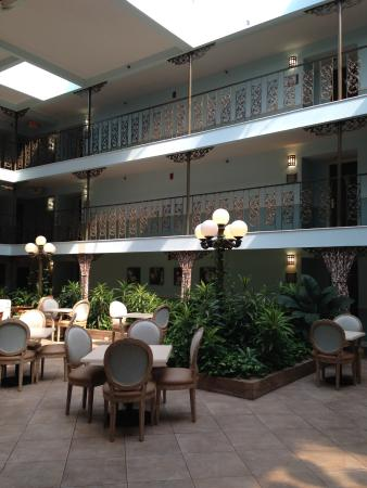Oglethorpe Inn & Suites : the atrium