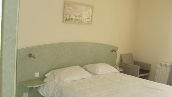 Chambre lit queen size picture of abel hotel langeac tripadvisor - Dimension lit queen size ...