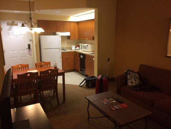StaySky Suites I-Drive Orlando: The kitchen/dining area