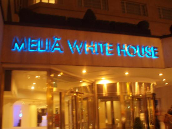 Entrada al hotel picture of melia white house london for Habitacion familiar melia white house