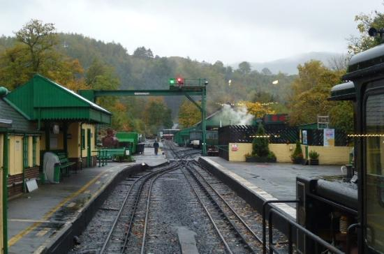 how to get to snowdonia by train