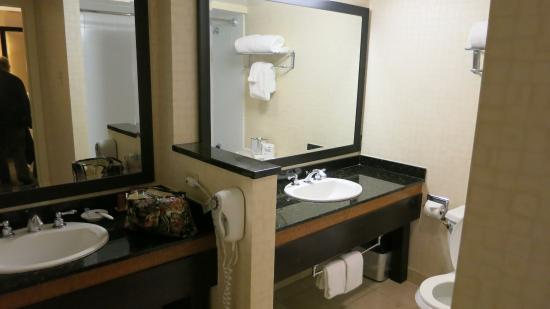 Beacon Hotel & Corporate Quarters: Bathroom