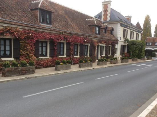Auberge du Bon Laboureur: View of the hotel from the road