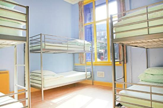 Cowgate Tourist Hostel: dormitory room
