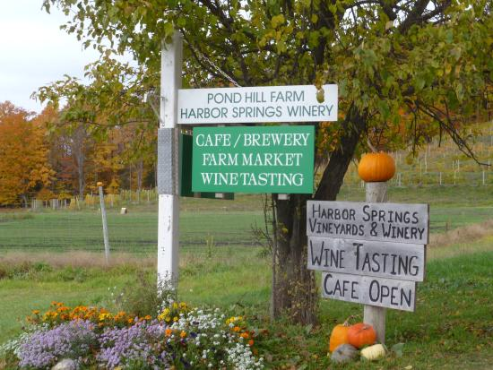 Harbor Springs, Мичиган: Sign outside of entrance of Pond Hill Farm.