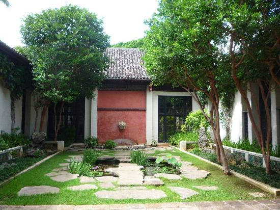 'Honolulu Museum of Art: Chinese and Mediterranean architecture, along with the pitched room popular in Hawaii.' from the web at 'http://media-cdn.tripadvisor.com/media/photo-s/09/64/6c/c4/honolulu-museum-of-art.jpg'