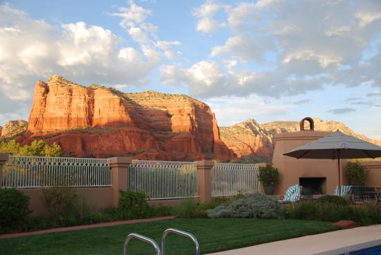 Canyon Villa Bed and Breakfast Inn of Sedona: Pool view similar to rooms.