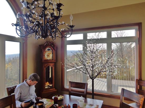 Nottawa, Canada: Relaxing in the lovely new dining room area