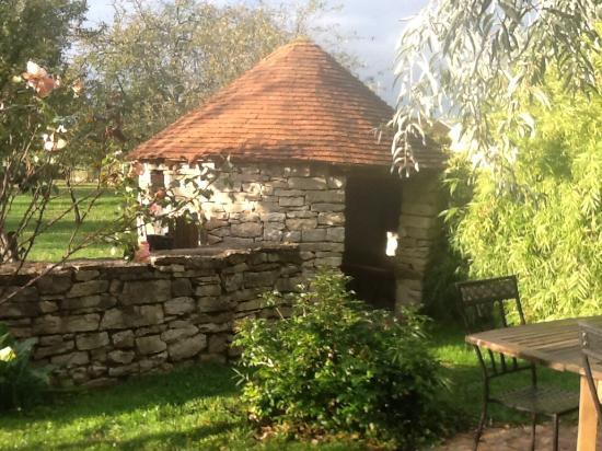 Flagey-Echezeaux, France: Private sitting area on the beautiful grounds!