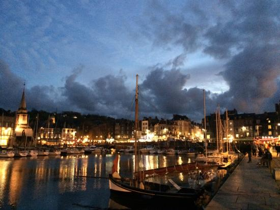 honfleur harbour at night photo de la petite folie honfleur tripadvisor. Black Bedroom Furniture Sets. Home Design Ideas