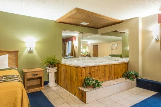Saint Clair, MO: jacuzzi room