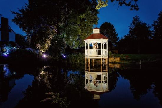 Melbourn, UK: gazebo/lake