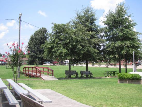 Brownsville (TN) United States  city photos gallery : West Tennessee Delta Heritage Center Photo: Outside area with benches ...