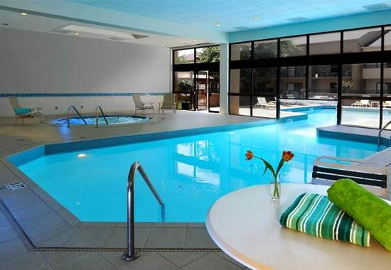Indoor outdoor pool picture of courtyard dallas arlington entertainment district arlington for Hotels in arlington tx with indoor swimming pool