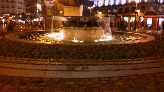 The fountain picture of puerta del sol madrid tripadvisor for Puerta 7 foro sol