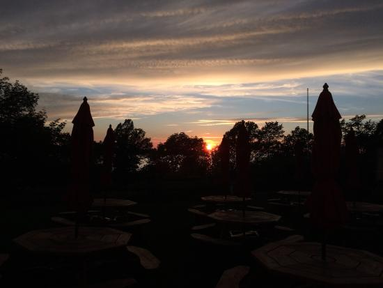 Egg Harbor, วิสคอนซิน: Sunset over the water, from Casey's BBQ