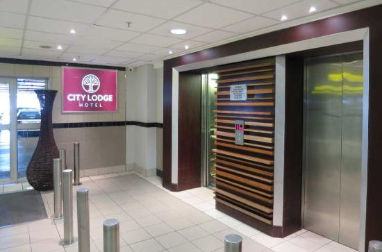 City Lodge Hotel OR Tambo Airport: The Airport entrance to the City Lodge Hotel
