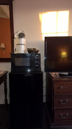 Red Roof Inn Lumberton: Flat screen TV, cold fridge, old microwave and coffee maker