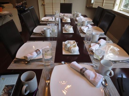 Maria's Bed and Breakfast: Dining room set for our gourmet breakfast.