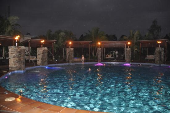 Helensvale, ออสเตรเลีย: Pool area at night.