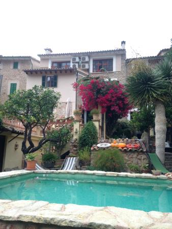 Fornalutx, Spain: Looking back at the hotel from the garden
