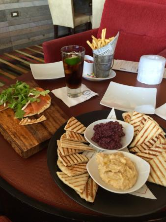 Four Seasons Hotel Seattle: Evening appetizers in the bar lounge