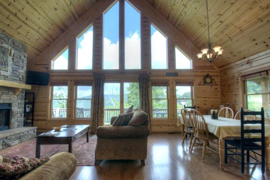 Mars Hill, NC: Another beautiful cabin with floor to ceiling windows.