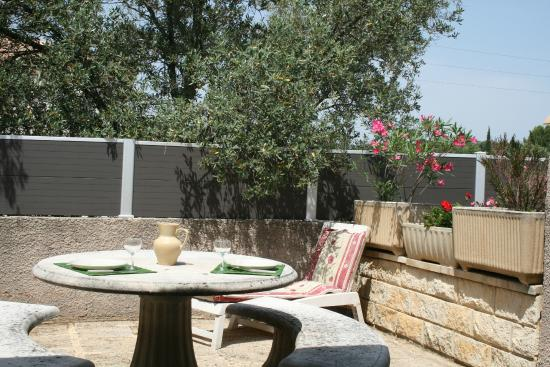 Cabrieres, France: Terrasse gîte OLIVIERS - PALMIER