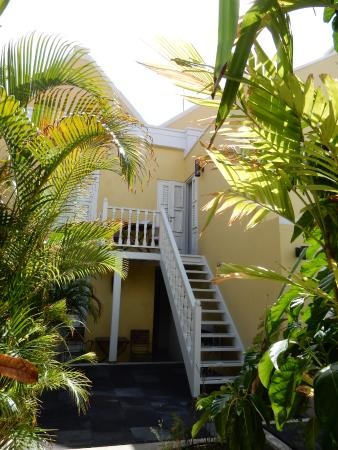 Tuin en trap naar hotelkamer picture of pietermaai apartments willemstad tripadvisor for Hotelkamer