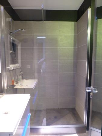 Salle de bains douche l 39 italienne wc s par picture of la monnaie art spa hotel la for Photo douche italienne