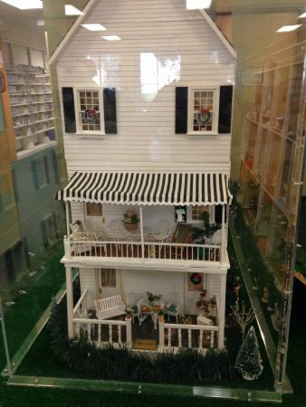 Ponte Vedra Beach, FL: Side view of dollhouse - could keep little ones intrigued for quite a while