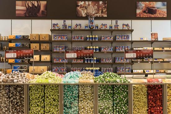 Magasin d 39 usine lindt picture of lindt chocolate factory oloron sainte marie tripadvisor - Magasin d usine lyon ...