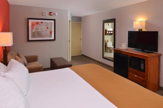 Crestwood, IL: Enjoy plenty of space in our King Executive room.