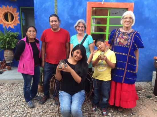 San Andres Huayapam, Mexico: Linda is on right, I am in middle - visitng amazing folkart ceramic artist and his family