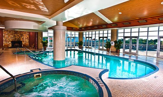 Free alcoholic beverages review of seneca niagara resort for Pool spa show niagara falls